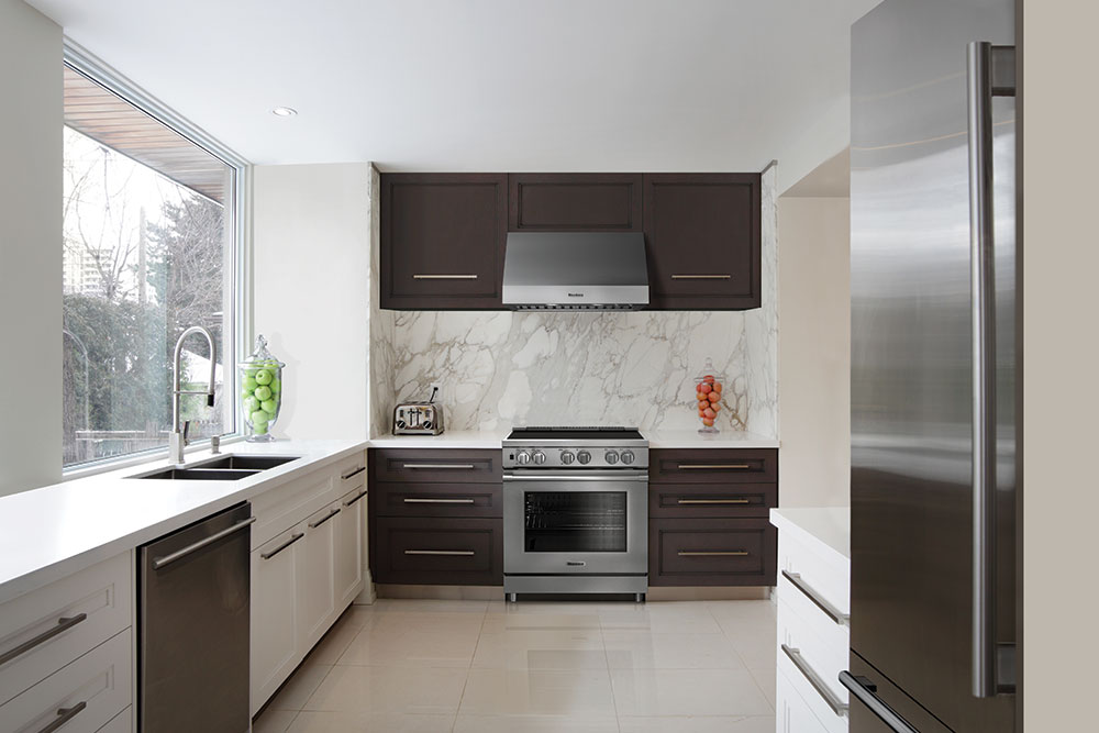 Blomberg18_KitchenWhiteMarbleWallAllAppliances
